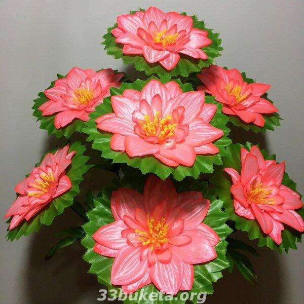 Гербера с листиком подставкой на 7 цветков средний букет